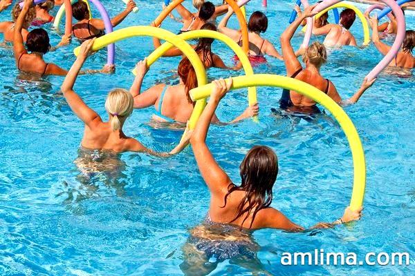 Групове заняття аквааеробікою в басейні