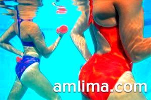 Жіночі тіла під водою в басейні