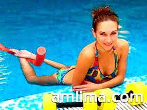 Гантелі для занять аквааеробікою і дівчина на басейні