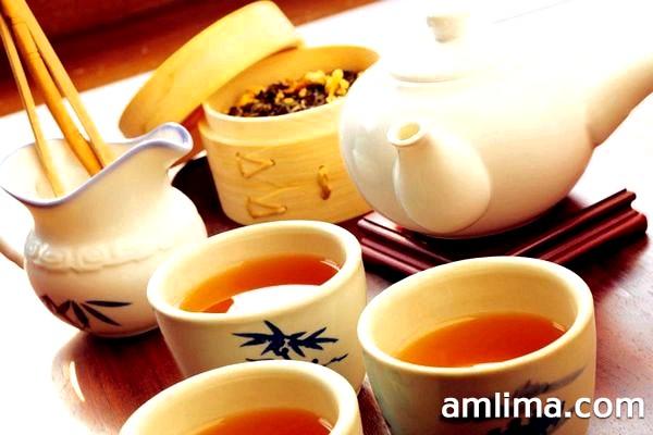 Чай в заварний чайнику і в чашках