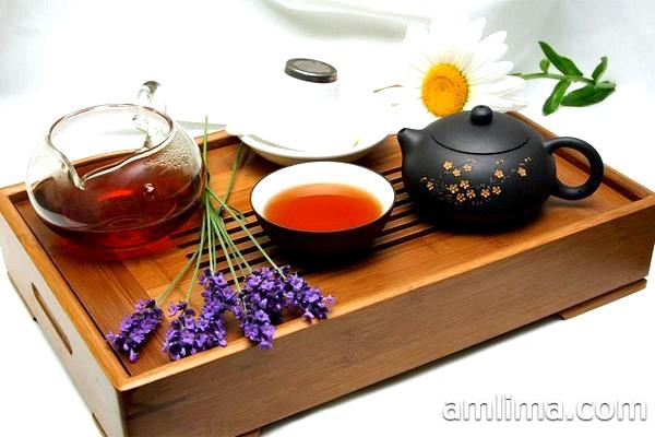 Чайні приналежності на підносі