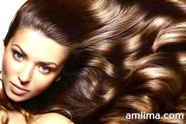 Дівчина з блискучим волоссям