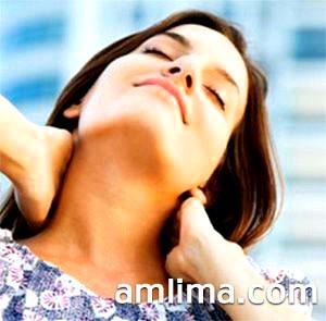 Що закріплює масаж шиї робить дівчина