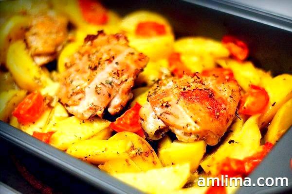 Готуємо курячі стегенця з картоплею в духовці - швидко і смачно