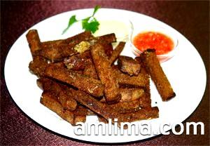 Сухарики з житнього хліба на тарілці з соусом