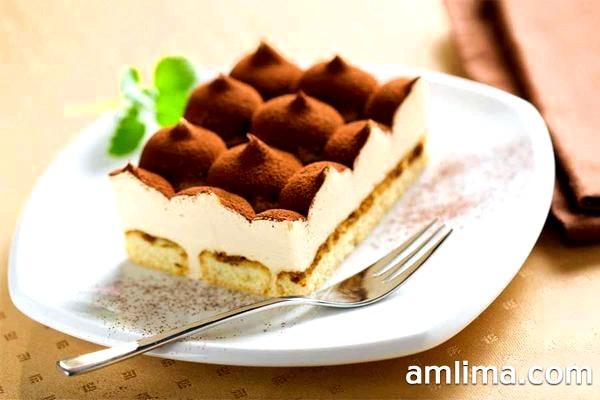 Десерт Тірамісу на тарілці в вилкою