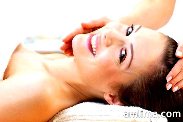 Молода дівчина посміхається після процедури пілінгу