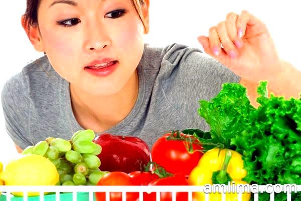 Японка вибирає овочі