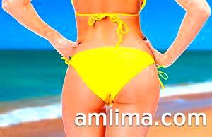 Дівчина на море в жовтому купальнику