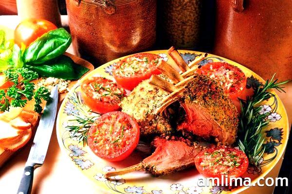 Ситні баранячі реберця на блюді з помідорами