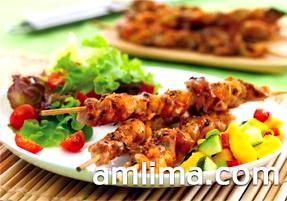 Шашлик з курки з овочами на блюді