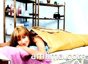 Дівчина лежить в спа-салоні на процедурі обгортання