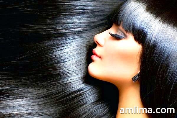 Красива жінка з довгим і прямим волоссям