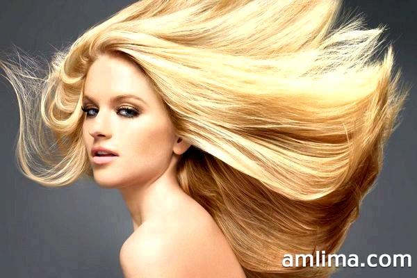 Дівчина з довгими світлими волоссям