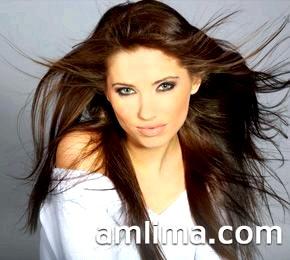 Дівчина з густими темними волоссям