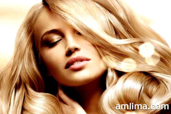 Густі хвилясте волосся у дівчини