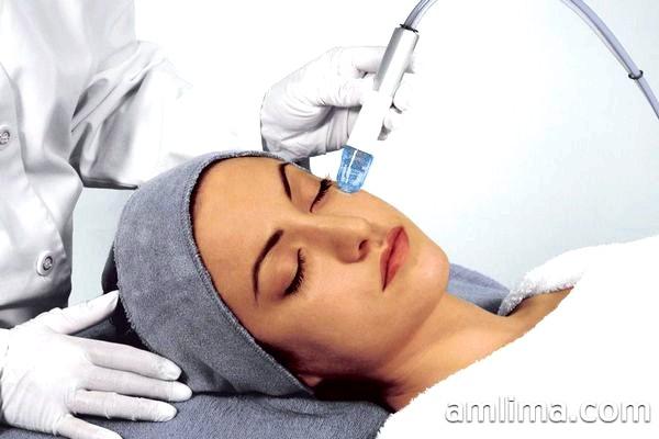 Майстер робить процедуру мікродермабразії в салоні краси