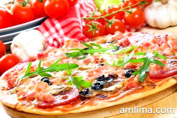 Піца з ковбасою - 4 швидких і смачних рецепта для начинки
