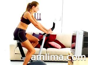 Тренування на велотренажері вдома перед телевізором