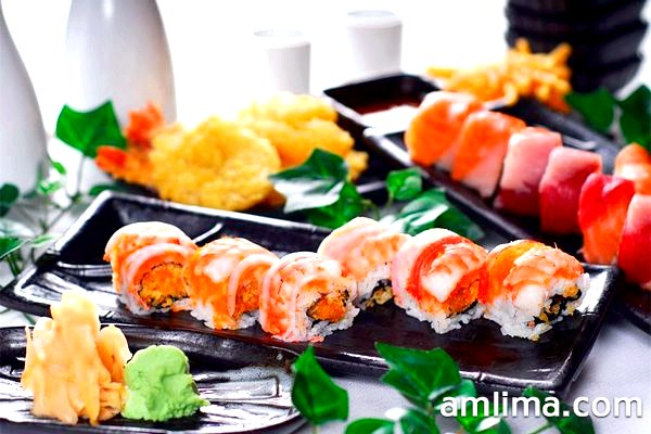 Дуже смачні суші і роли на блюді