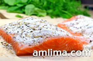 Шматок риби сьомги посипаний сіллю і спеціями