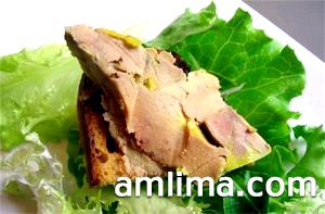 Паштет зі свинячої печінки на хлібі і аркушах салату