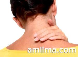 Жінка чіпає хвору шию