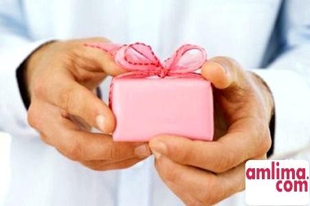 на рожеве весілля не варто дарувати своєму чоловікові щось повсякденне у вигляді бритви або одеколону