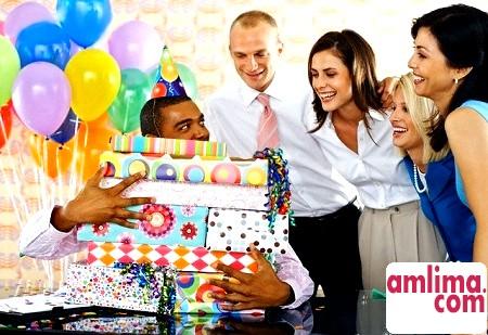 Що подаруваті колезі чоловікові на день народження: дружні та ділові подарунки