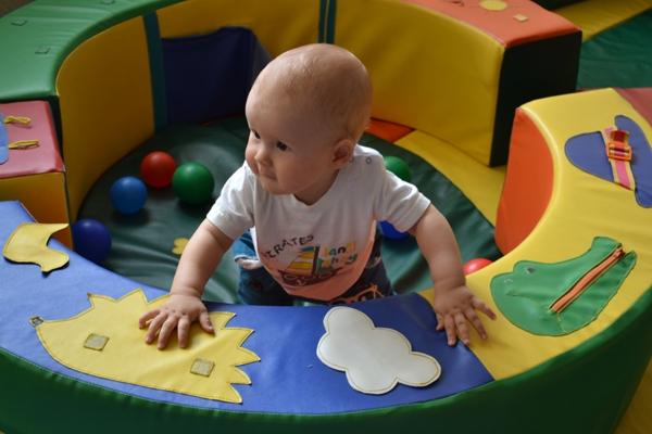 Фото - навички дитини 10 місяців
