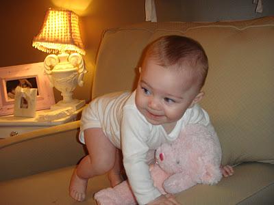 Що вміє дитина 8 місяців
