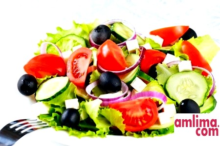 Готуємо смачно: овочевий салат з сиром