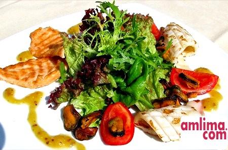 салат з кальмарів з помідорами