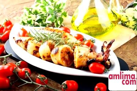 смачний салат з кальмарами і помідорами