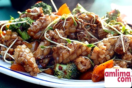 смачний салат з кальмарів з помідорами