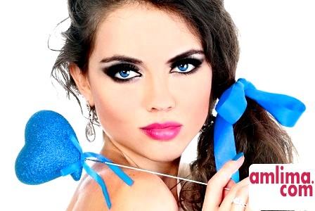 Як красиво підібрати вечірній макіяж під блакитні очі?