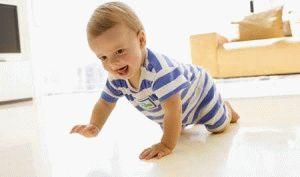Коли дитина починає повзати на животі, по-пластунськи і на четвереньках