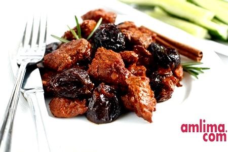 М'ясо з чорносливом, грибами та іншими смаколиками