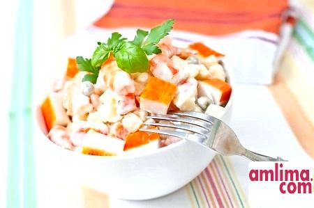 Морське достаток: салат з кальмарів і крабових паличок