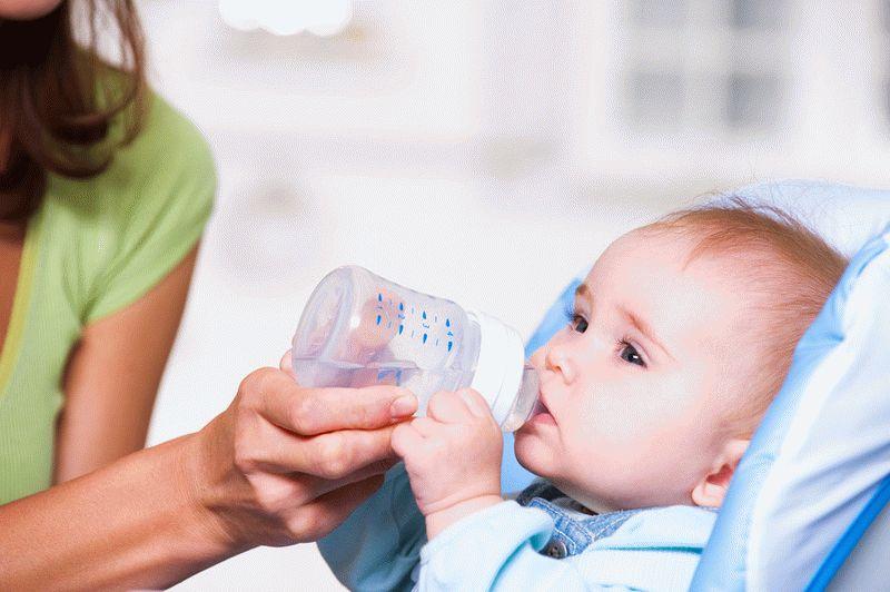 Треба (і можна) давати воду новонародженим дітям при грудному, штучному, змішаному вигодовуванні? Вода при гикавці