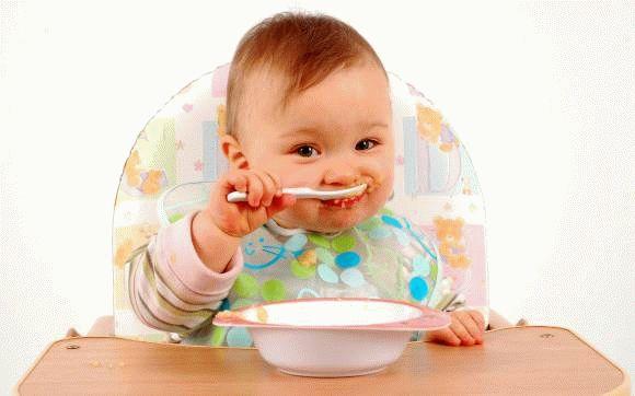 Перший прикорм дитини: коли і чим можна починати підгодовувати немовлят