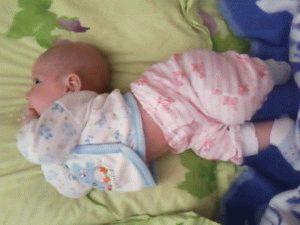 Чому немовля вигинає спину і плаче: причини