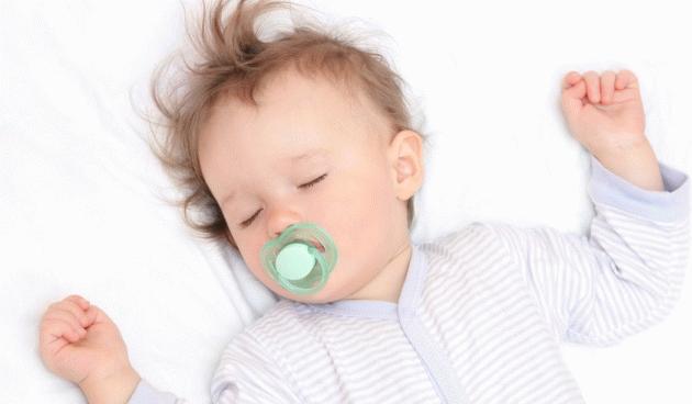Чому новонароджена дитина здригається уві сні?