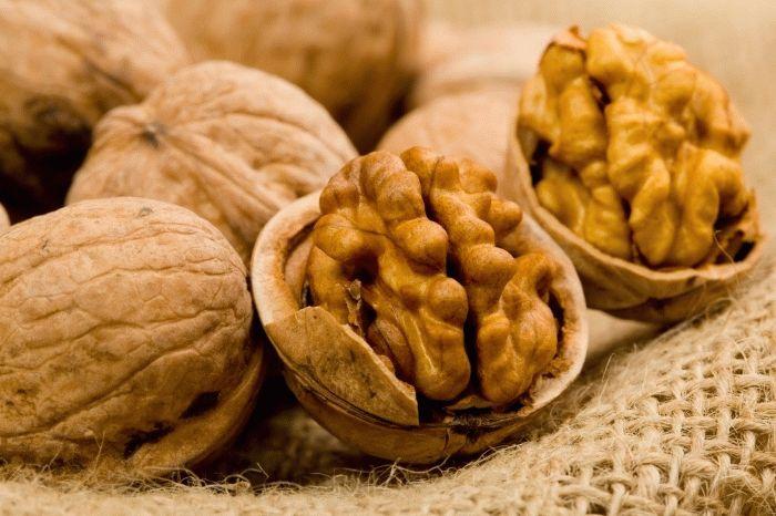 Користь чи шкода від волоських горіхів при грудному вигодовуванні?
