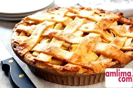 Простий і смачний яблучний пиріг з манкою