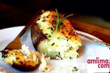 Простий і смачна вечеря: картопля, запечена з сиром