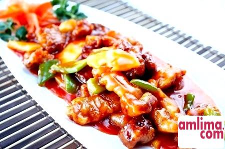 Різні види смаженого м'яса в кисло-солодкому соусі
