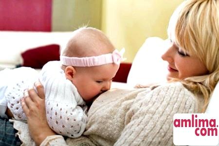 Дитина постійно смокче груди, як бути?