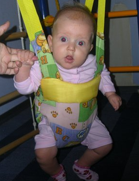 Фото - дитина в стрибуни