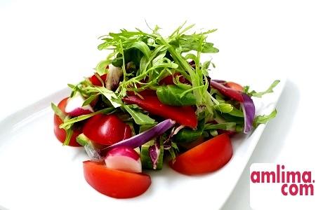 Салат з огірків і помідорів: смачно і корисно!